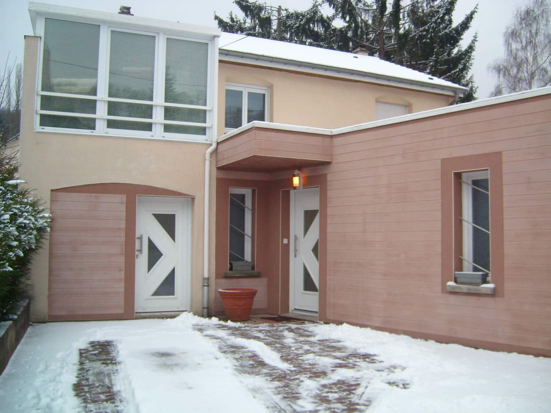 Revêtement façades maison individuelle avec moulures en imitation bois