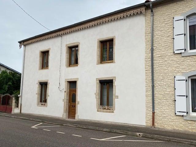 Ravalement de façades à la chaux aérienne d'une maison en Lorraine